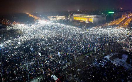 Romania: Bo truong Tu phap tu chuc, bieu tinh van tiep dien - Anh 1