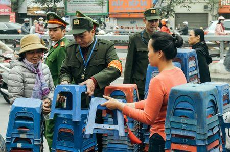 Chum anh: Bien nguoi lam le cau an tai chua Phuc Khanh, Ha Noi - Anh 7