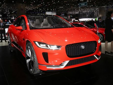 Jaguar I-Pace 'thach thuc' truc tiep Tesla Model X - Anh 1