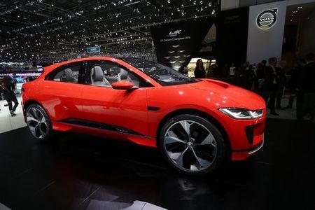 Jaguar I-Pace 'thach thuc' truc tiep Tesla Model X - Anh 2