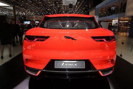 Jaguar I-Pace 'thach thuc' truc tiep Tesla Model X - Anh 4