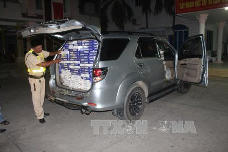 Truy duoi xe oto van chuyen 12.400 bao thuoc la lau - Anh 1