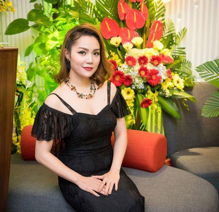 'Gai mot con' Nguyen Ngoc Anh khoe nhan sac man ma ben dan hoa hau - Anh 1