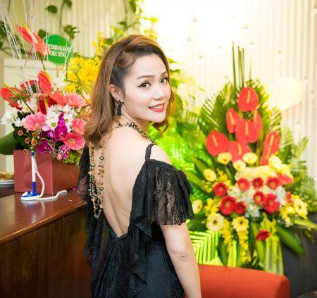 'Gai mot con' Nguyen Ngoc Anh khoe nhan sac man ma ben dan hoa hau - Anh 2