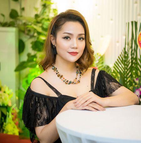 'Gai mot con' Nguyen Ngoc Anh khoe nhan sac man ma ben dan hoa hau - Anh 3