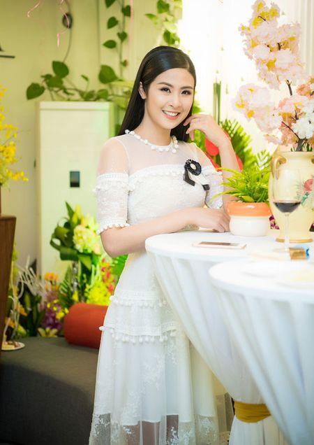 'Gai mot con' Nguyen Ngoc Anh khoe nhan sac man ma ben dan hoa hau - Anh 6