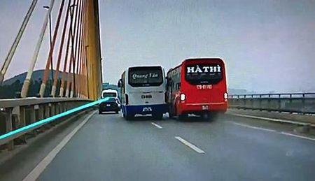 Tuoc bang lai hai tai xe xe khach 'dai nao' tren cau Bai Chay - Anh 2