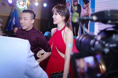 Hari Won 'len doi' thoi trang su kien sau khi lay Tran Thanh - Anh 7