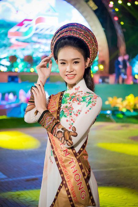 'Co gai vang' cua Hoa hau Viet Nam bi 'bao vay' tai Le hoi cafe - Anh 1