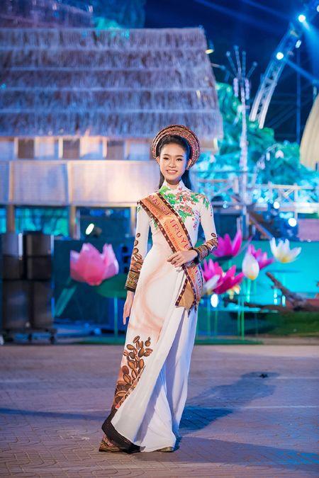 'Co gai vang' cua Hoa hau Viet Nam bi 'bao vay' tai Le hoi cafe - Anh 4