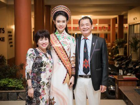 'Co gai vang' cua Hoa hau Viet Nam bi 'bao vay' tai Le hoi cafe - Anh 8