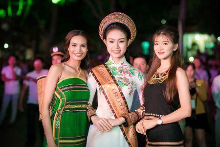 'Co gai vang' cua Hoa hau Viet Nam bi 'bao vay' tai Le hoi cafe - Anh 9