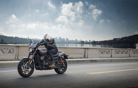 Harley-Davidson trinh lang Street Rod 2017 gia hon 200 trieu dong - Anh 1