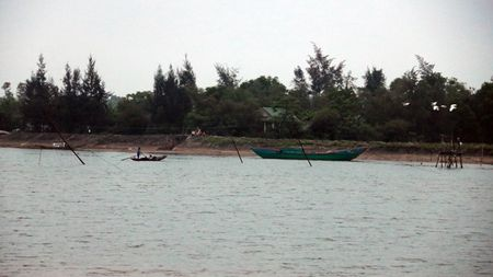Lat thuyen tren song Thach Han, 2 em nho chet duoi thuong tam - Anh 1