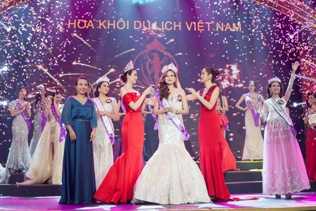 Hai hoc tro Pham Huong thang lon tai Hoa khoi Du lich Viet Nam 2017 - Anh 1