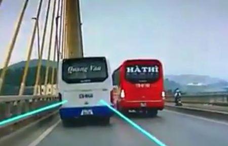 Hai xe khach lang lach, chen nhau tren cau Bai Chay - Anh 1