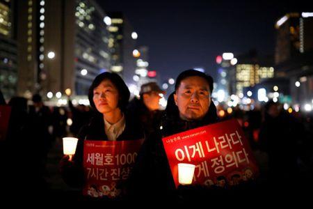 Nguoi bieu tinh keu goi bat cuu tong thong Park Geun-hye - Anh 1