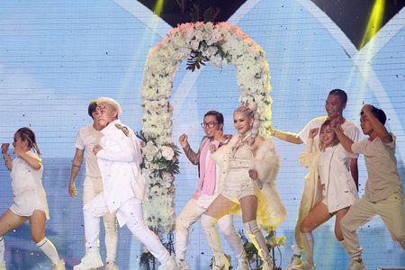 Tro cung mang hit cua Tuan Hung len san khau The Remix New Generation - Anh 2
