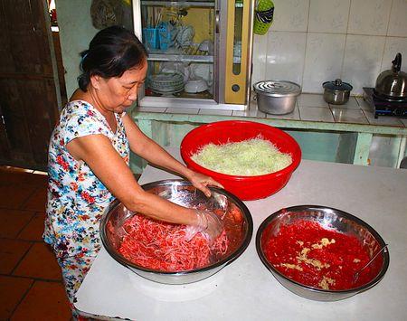 Ky cong mon nem buoi doc dao cua gia dinh ba Trinh - Anh 7