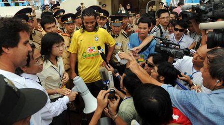 Ronaldinho sang Viet Nam quang ba thuong mai - Anh 1