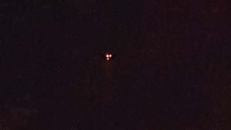 Vat the la giong UFO ba den sang 'oanh tac' bau troi Canada - Anh 2