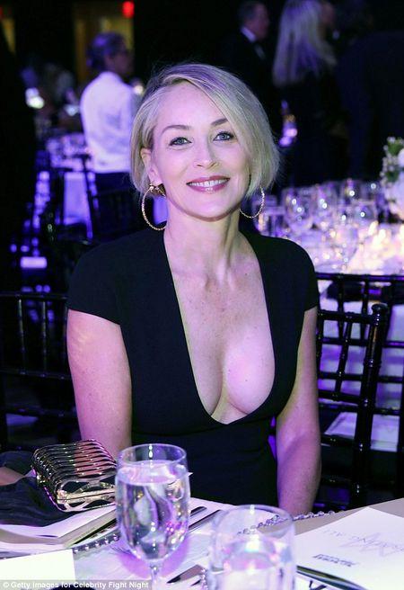 Sharon Stone U60 van day loi cuon voi trang phuc sexy - Anh 2
