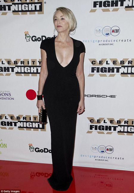 Sharon Stone U60 van day loi cuon voi trang phuc sexy - Anh 3