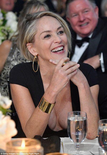 Sharon Stone U60 van day loi cuon voi trang phuc sexy - Anh 5