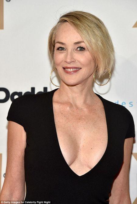 Sharon Stone U60 van day loi cuon voi trang phuc sexy - Anh 6