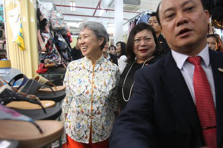 Phu nhan Thu tuong Singapore dao buoc tai Sai Gon Square - Anh 3