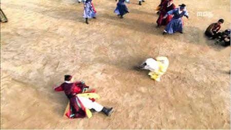 Nhung loi hai huoc trong phim co trang Han Quoc - Anh 9