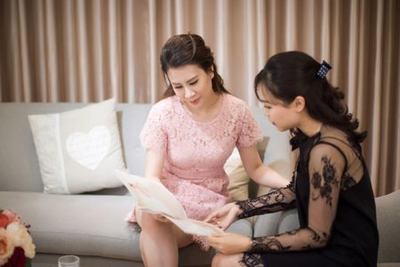 MC Thanh Trung dua vo hotgirl di chon vay cuoi - Anh 1
