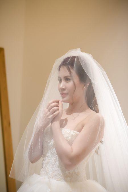 MC Thanh Trung dua vo hotgirl di chon vay cuoi - Anh 4