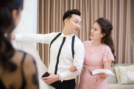 MC Thanh Trung dua vo hotgirl di chon vay cuoi - Anh 7