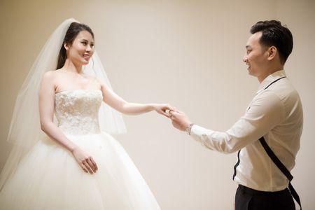 MC Thanh Trung dua vo hotgirl di chon vay cuoi - Anh 8