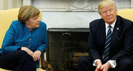 Tong thong Trump phot lo cai bat tay voi ba Thu tuong Duc Merkel - Anh 1