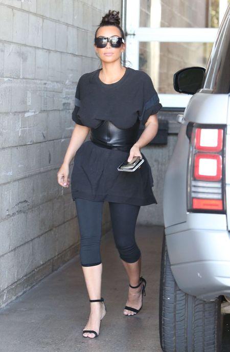 Chi em nha Kendall Jenner cuong mot corset - Anh 2
