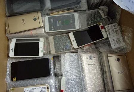 Thu giu 300 smartphone nhap lau vao noi dia tai Quang Ninh - Anh 1
