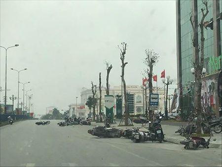 Phu Tho: Giong loc lon quat do hang chuc xe may giua duong - Anh 1