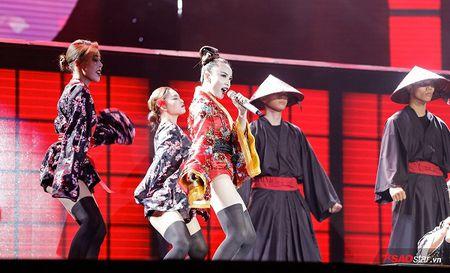 'Geisha' Yen Trang quyen ru, lanh lung tra thu nguoi yeu tren san khau Remix NewGen - Anh 2