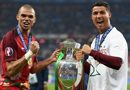Griezmann chi luon lam 'nen' cho Ronaldo, tu CLB cho den DTQG - Anh 3