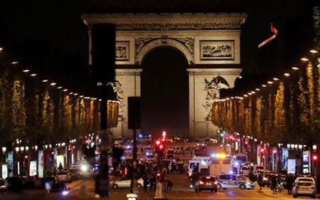 Truy lung nghi can thu 2 vu khung bo o Paris - Anh 1