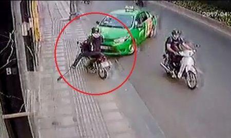 Clip: Tai xe Mai Linh lao thang xe chan duong tau thoat cua ten cuop - Anh 1