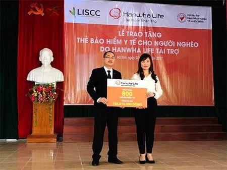 Hanwha Life VN tang nguoi ngheo Ha Tinh 800 the BHYT - Anh 1