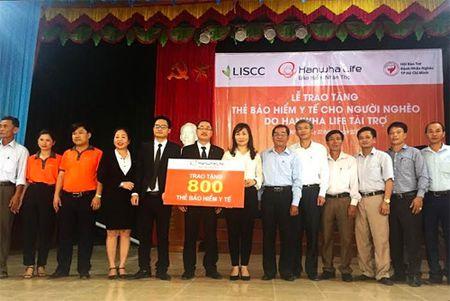 Hanwha Life VN tang nguoi ngheo Ha Tinh 800 the BHYT - Anh 2