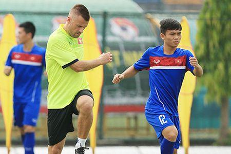 Tieng Anh troi chay, sao HAGL lam phien dich o U20 Viet Nam - Anh 1