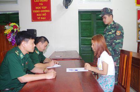 Quang Ninh: Bat doi nam nu 9X dang lua ban phu nu sang Trung Quoc - Anh 2