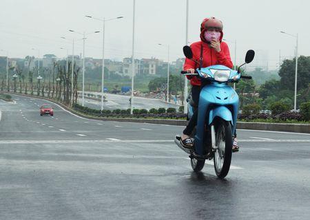 Anh ky la: Nguoi Ha Noi co ro trong mua lanh giua mua he - Anh 2