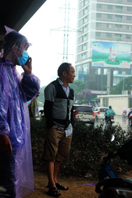 Anh ky la: Nguoi Ha Noi co ro trong mua lanh giua mua he - Anh 4