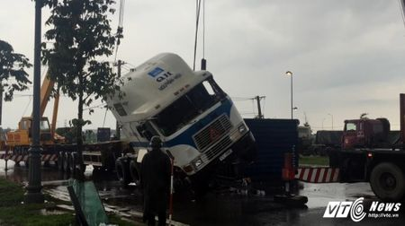 Om cua, xe container phoi bung giua duong o TP.HCM - Anh 2